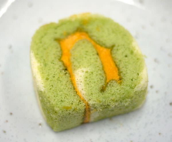 ベルメゾン ディズニーおせち料理 試食 モンスターズ・ユニバーシティ四段重 ロールケーキ(メロン風味)