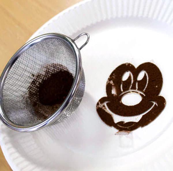 ミッキーマウスのステンシルシートで顔を描く