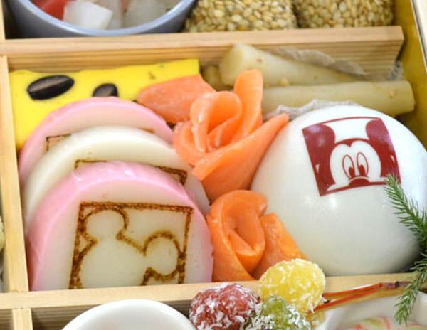 蒲鉾の焼き印やミッキーマウスが描かれた器
