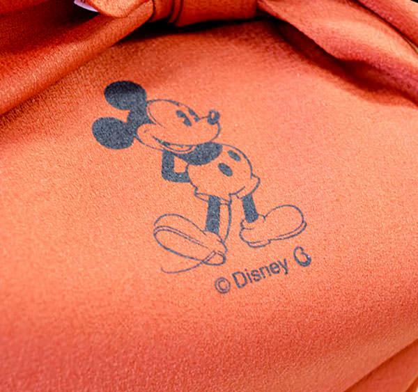 風呂敷にはミッキーマウスが描かれています