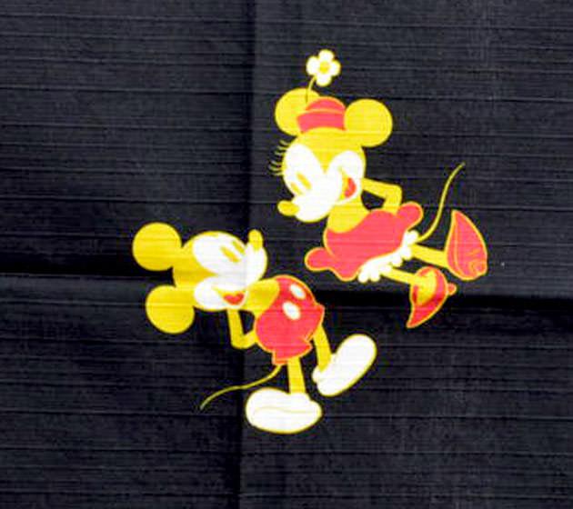 風呂敷の中心にはミッキーマウスとミニーマウス