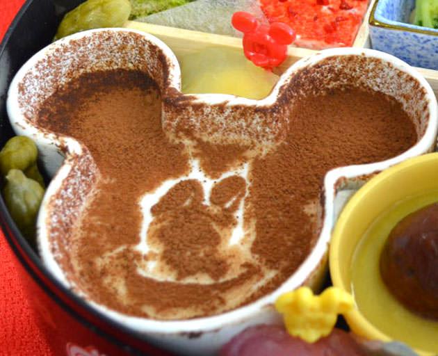 ミッキーマウスのフェイス型ミルクプリンはステンシルシートで自分で作る