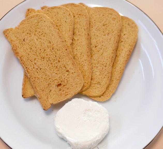 メルバトーストとクリームチーズをお皿に出した画像