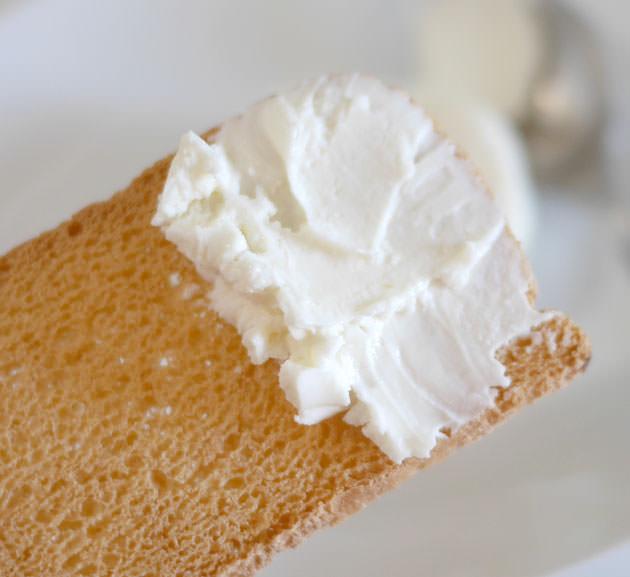 メルバトーストにクリームチーズを付けた画像