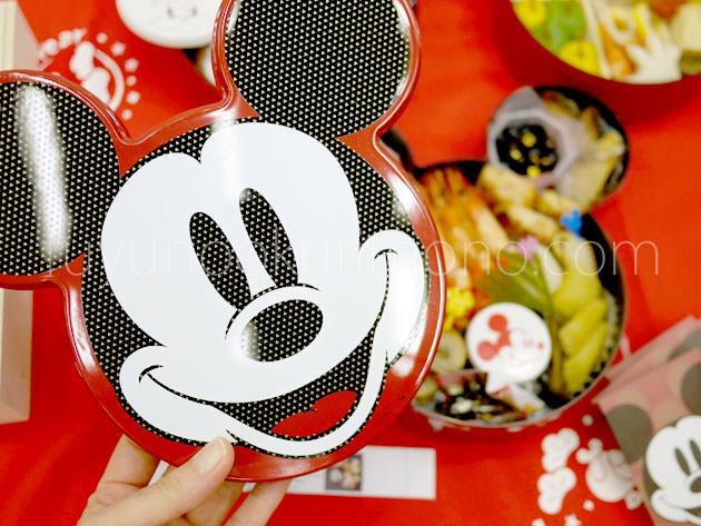 ミッキーマウス三段重はミッキーの顔がデザインされている