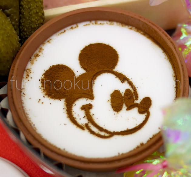 ミッキーミルク風プリンに描いたミッキーマウスの顔