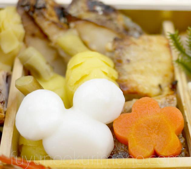 ミッキーマウス型の「シルエットもち」、「黄金くわい松笠」「寒鰆西京焼」「赤魚西京焼」「金時人参梅ねじり梅」。