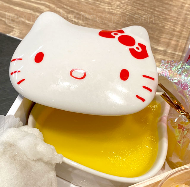 キティ型陶器の入れ物に入ったリンゴゼリー