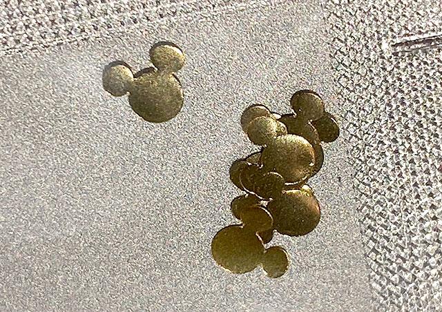 ミッキーマウス型の金粉を自分でつける