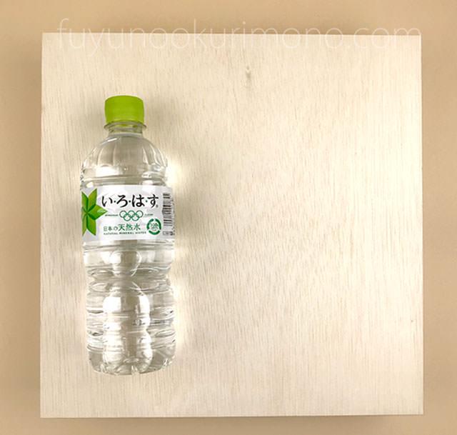 『婦人画報のおせち 特大和一段』の大きさ ペットボトルと比較した画像